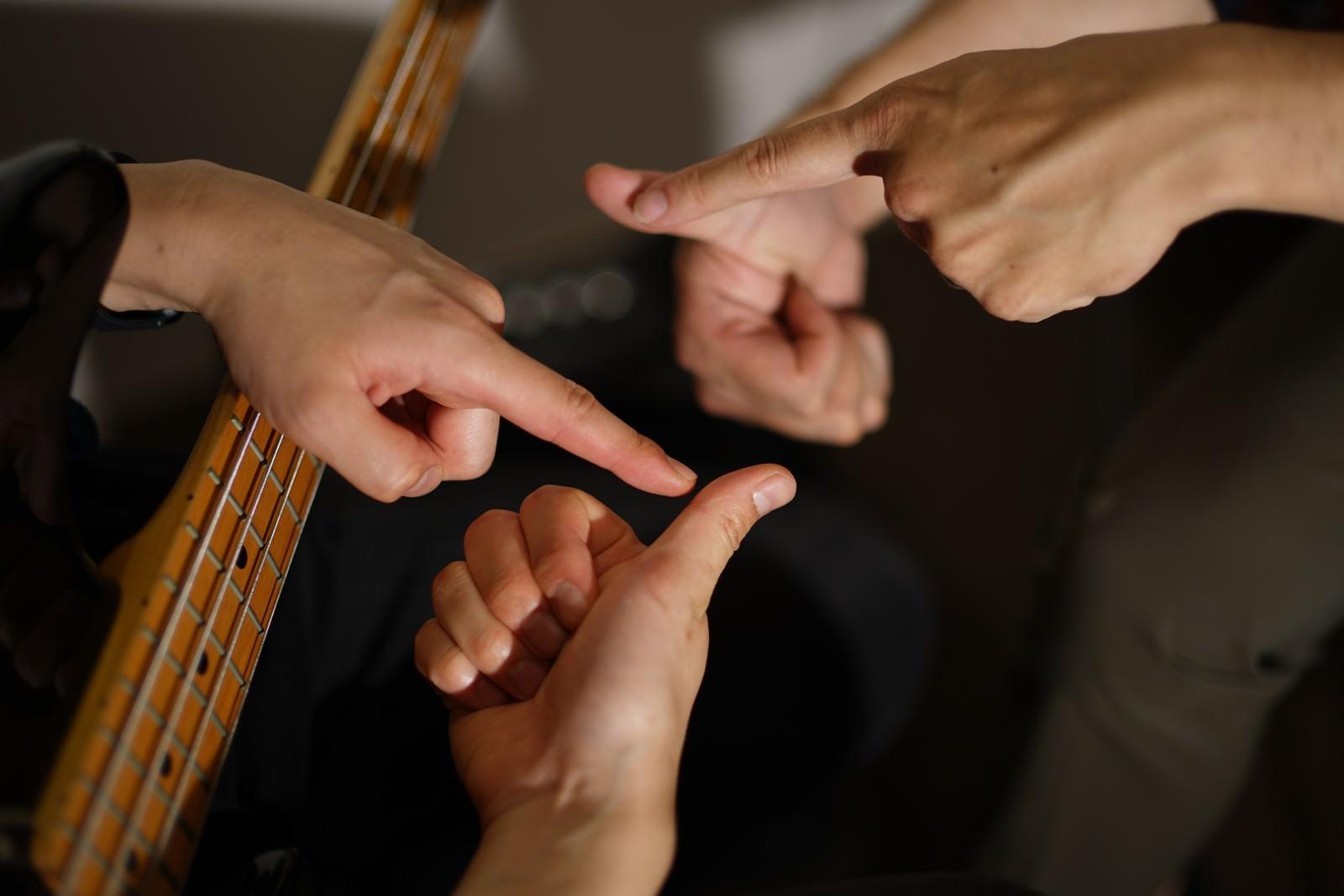 「スラップで使う親指の位置を確認中(ベーシスト)」の写真