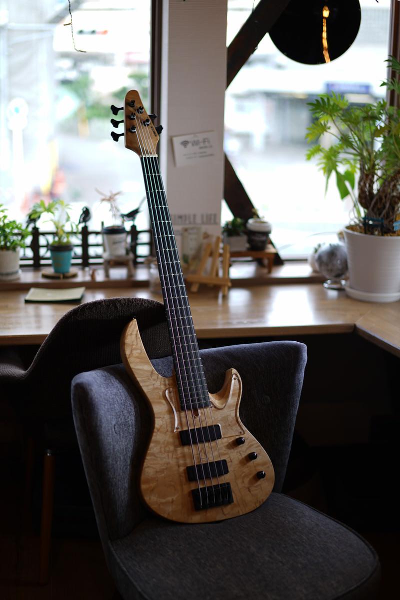 「カフェと5弦ベース」の写真