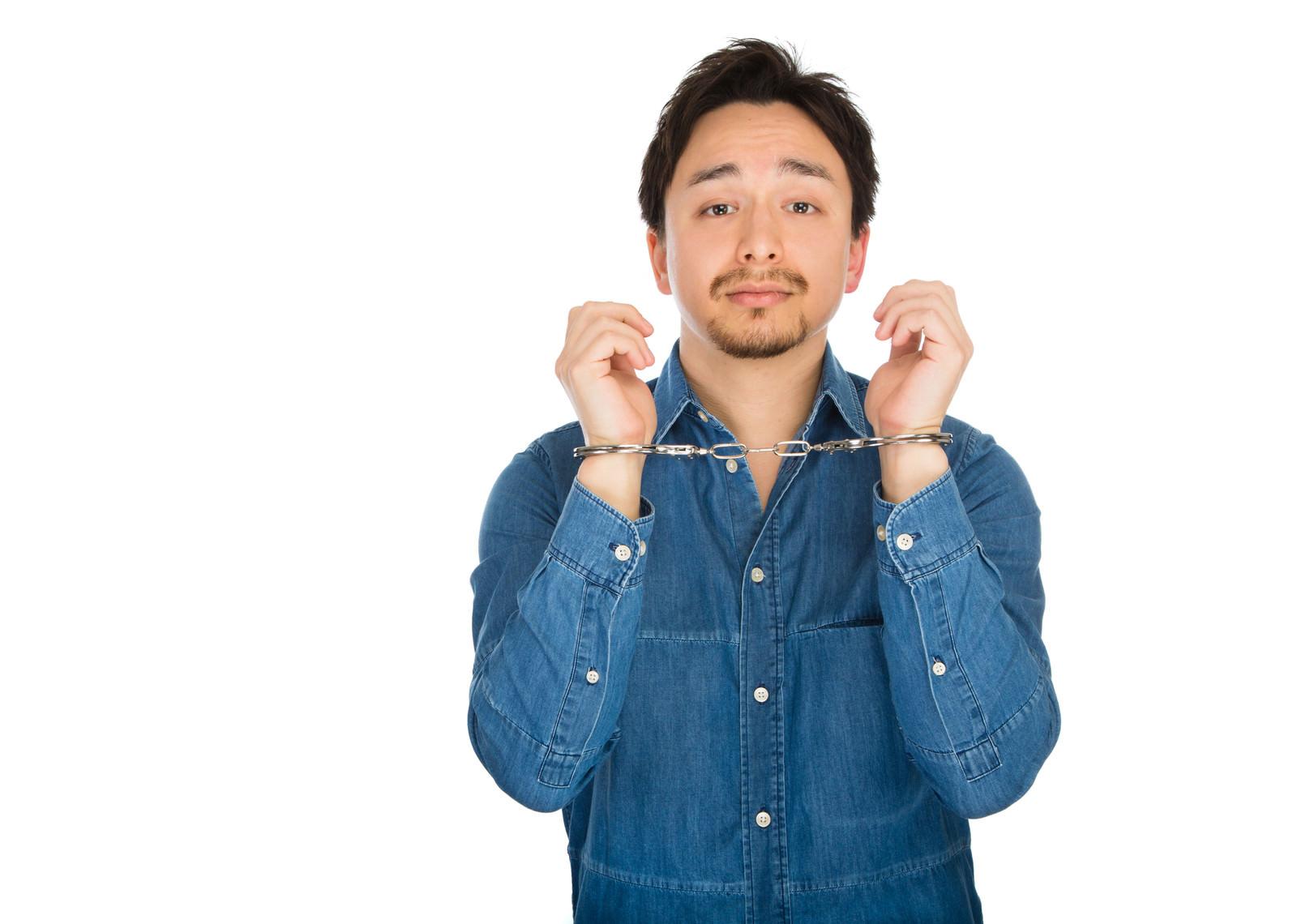 「両手に手錠をかけられたドイツ人ハーフ」の写真[モデル:Max_Ezaki]