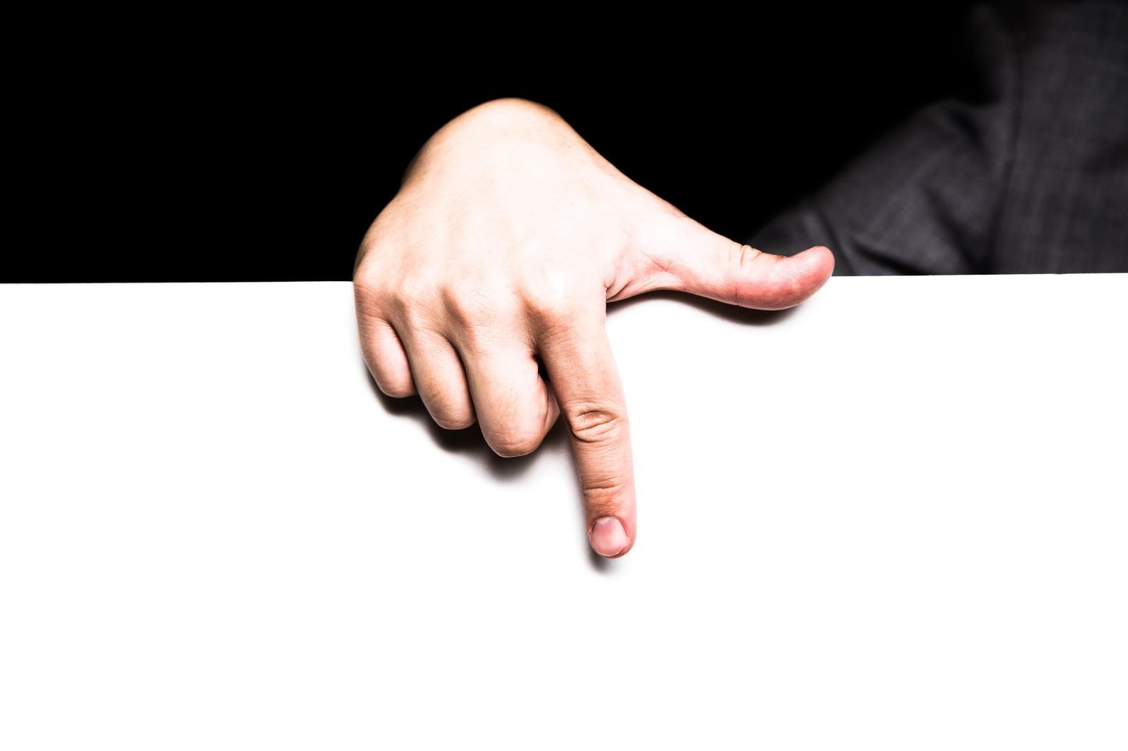 「下のタイムラインを指さす男性の手」