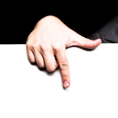 「下のタイムラインを指さす男性の手」の写真素材