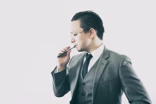 フレーバーを楽しむビジネスマンの写真