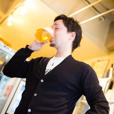 「生ビールジョッキを飲むハーフのイケメン」の写真素材