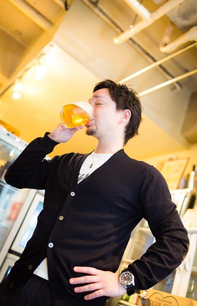 「生ビールジョッキを飲むハーフのイケメン生ビールジョッキを飲むハーフのイケメン」[モデル:Max_Ezaki]のフリー写真素材を拡大