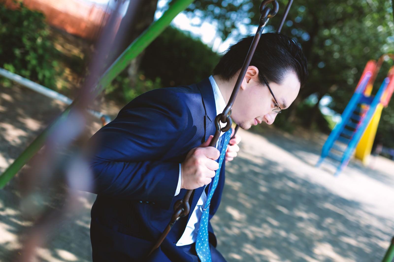 「物思いに耽るビジネスマン物思いに耽るビジネスマン」[モデル:Max_Ezaki]のフリー写真素材を拡大