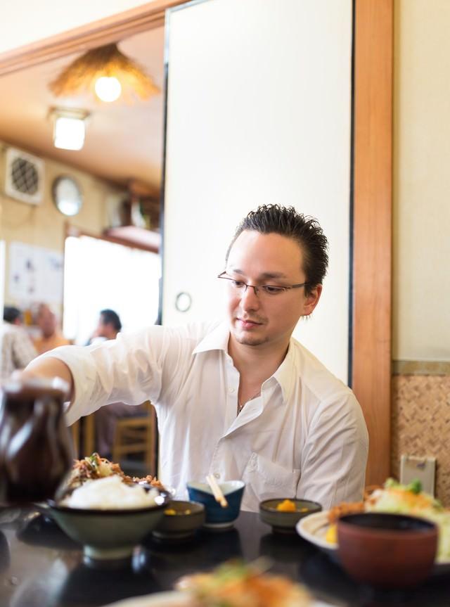 定食屋でとんかつを食べるドイツ人ハーフの写真
