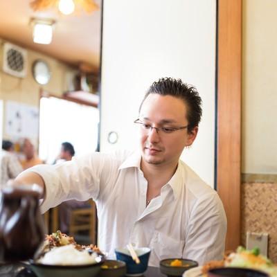 「定食屋でとんかつを食べるドイツ人ハーフ」の写真素材