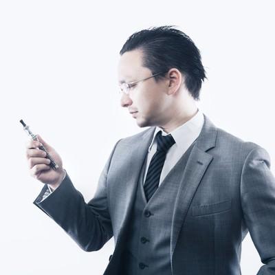 「ビジネスの合間にフレーバーな休息を楽しむ外資系ビジネスマン」の写真素材