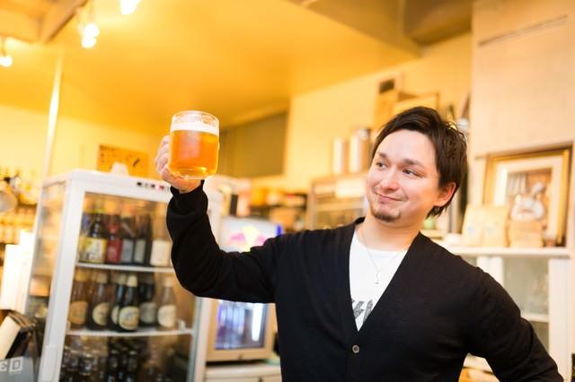 飲み会で爽やかに乾杯するドイツ人ハーフ