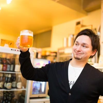 飲み会で爽やかに乾杯するドイツ人ハーフの写真