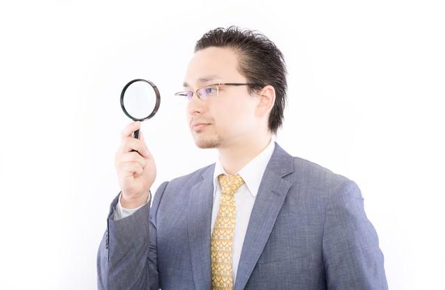 アクセス解析をしているサラリーマンの写真