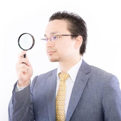 「アクセス解析をしているサラリーマン」の写真素材