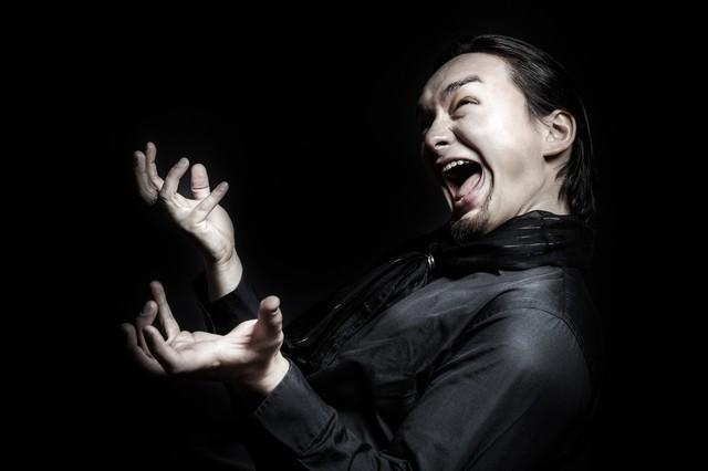 ペナルティを課せられ雄叫びをあげる外国人の写真