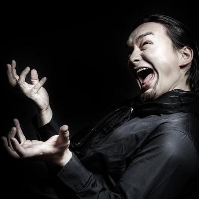 「ペナルティを課せられ雄叫びをあげる外国人」の写真素材