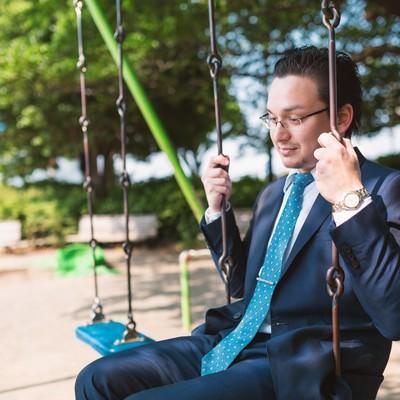 「ノスタルジックな表情の外資系サラリーマン」の写真素材
