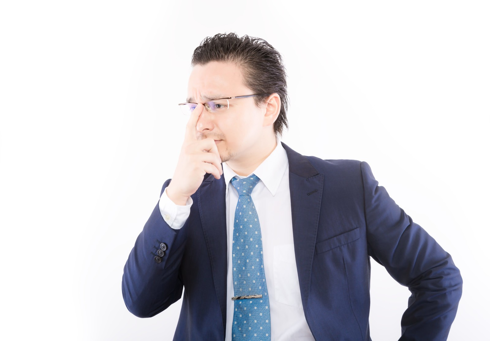 「厳しい表情で部下の査定をするファンドマネジャー」の写真[モデル:Max_Ezaki]