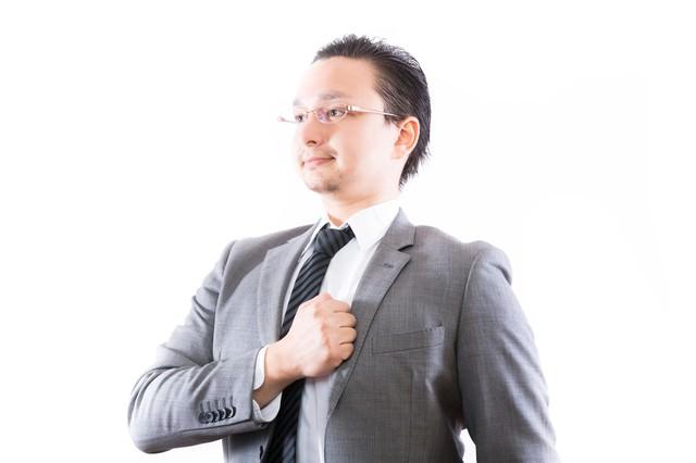 どんと任せてください!と誇らしげな表情のビジネスマンの写真