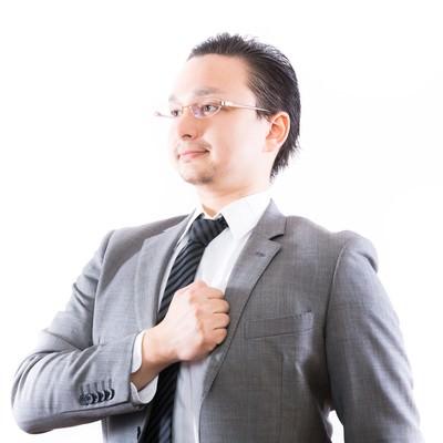 「どんと任せてください!と誇らしげな表情のビジネスマン」の写真素材