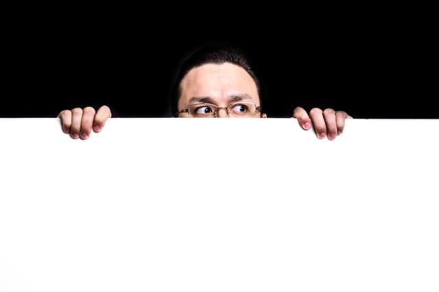 白いボードから顔を出す超大型ドイツ人ハーフの写真