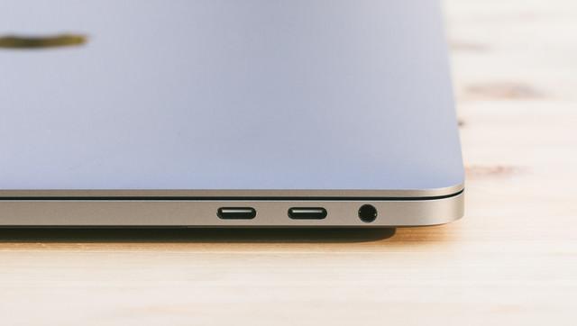 USB-C/Thunderbolt 3 に統一されてデザイン性が向上したMBPの写真