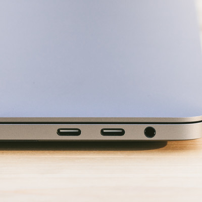 「USB-C/Thunderbolt 3 に統一されてデザイン性が向上したMBP」の写真素材