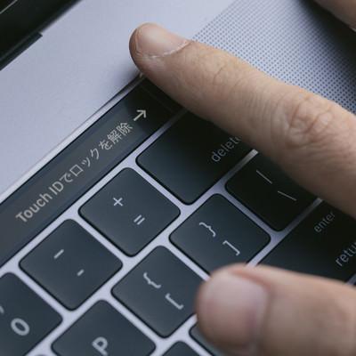 「指紋認証でログインが楽になる」の写真素材