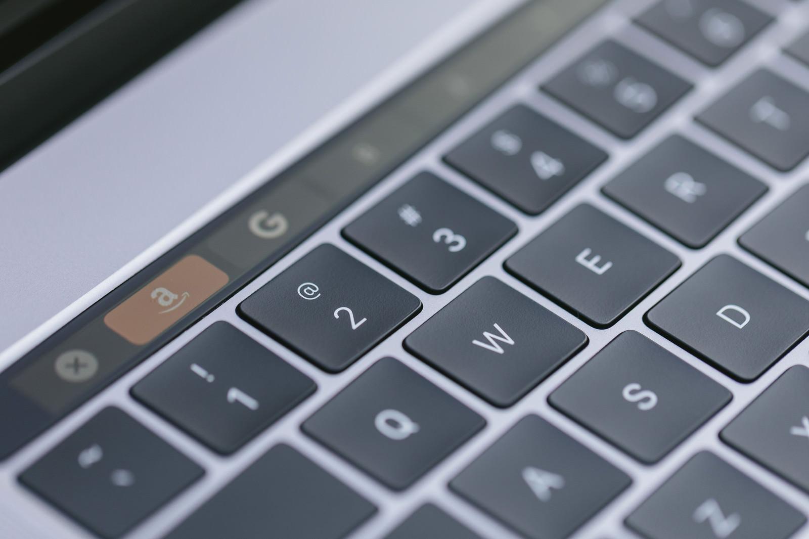 「ファンクションキーのかわりに有機ELのタッチバーが搭載した新型パソコン」の写真