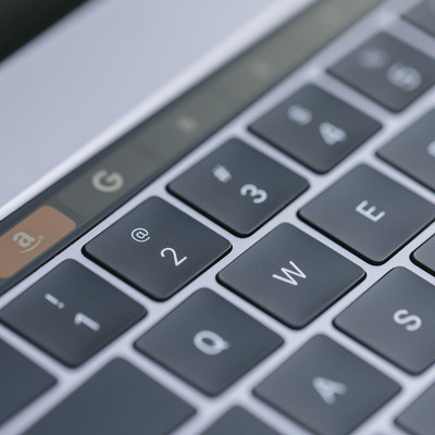 ファンクションキーのかわりに有機ELのタッチバーが搭載した新型パソコンの写真