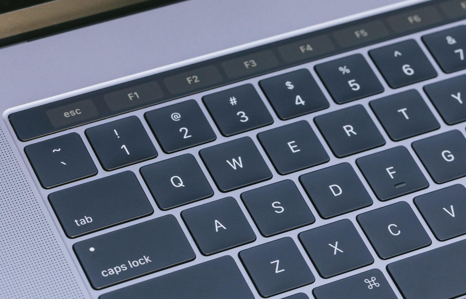 「とても薄くてストロークが小さくなったキーボード」の写真