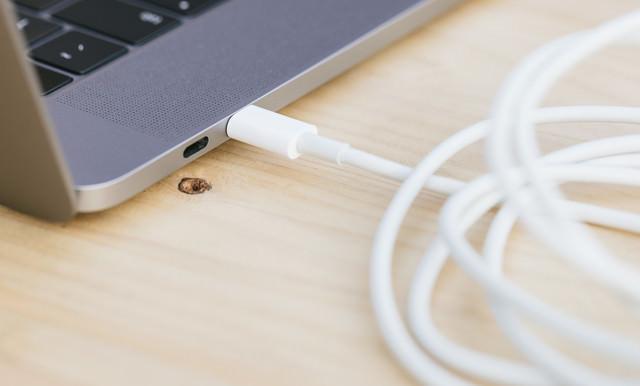 USB-Cポートにケーブルを繋げるの写真