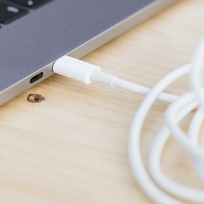 「USB-Cポートにケーブルを繋げる」の写真素材