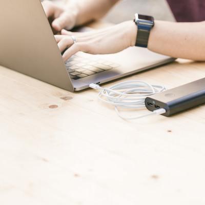 「外出時でもモバイルバッテリーがあれば充電しながらノマドができる」の写真素材