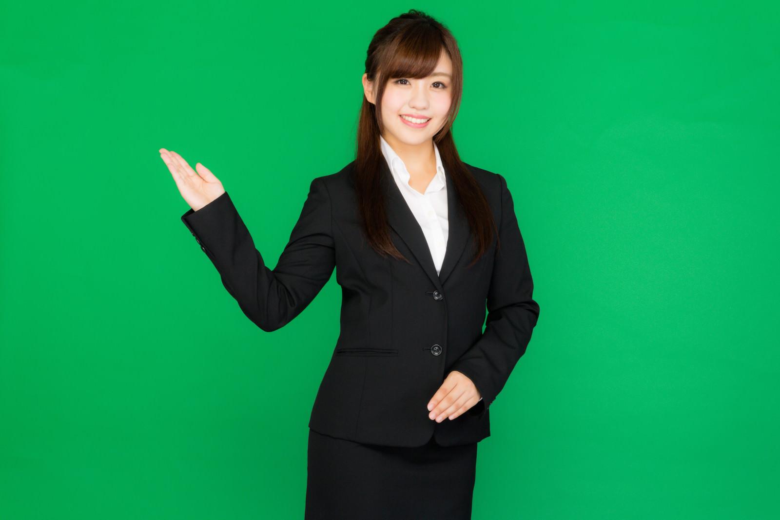 「案内する受付・インフォメーションの女性(グリーンバック)案内する受付・インフォメーションの女性(グリーンバック)」[モデル:河村友歌]のフリー写真素材を拡大