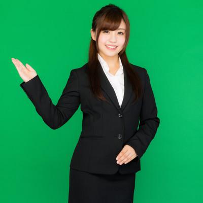 「案内する受付・インフォメーションの女性(グリーンバック)」の写真素材