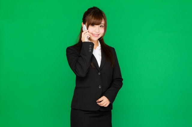 電話に出る女性秘書(グリーンバック)の写真