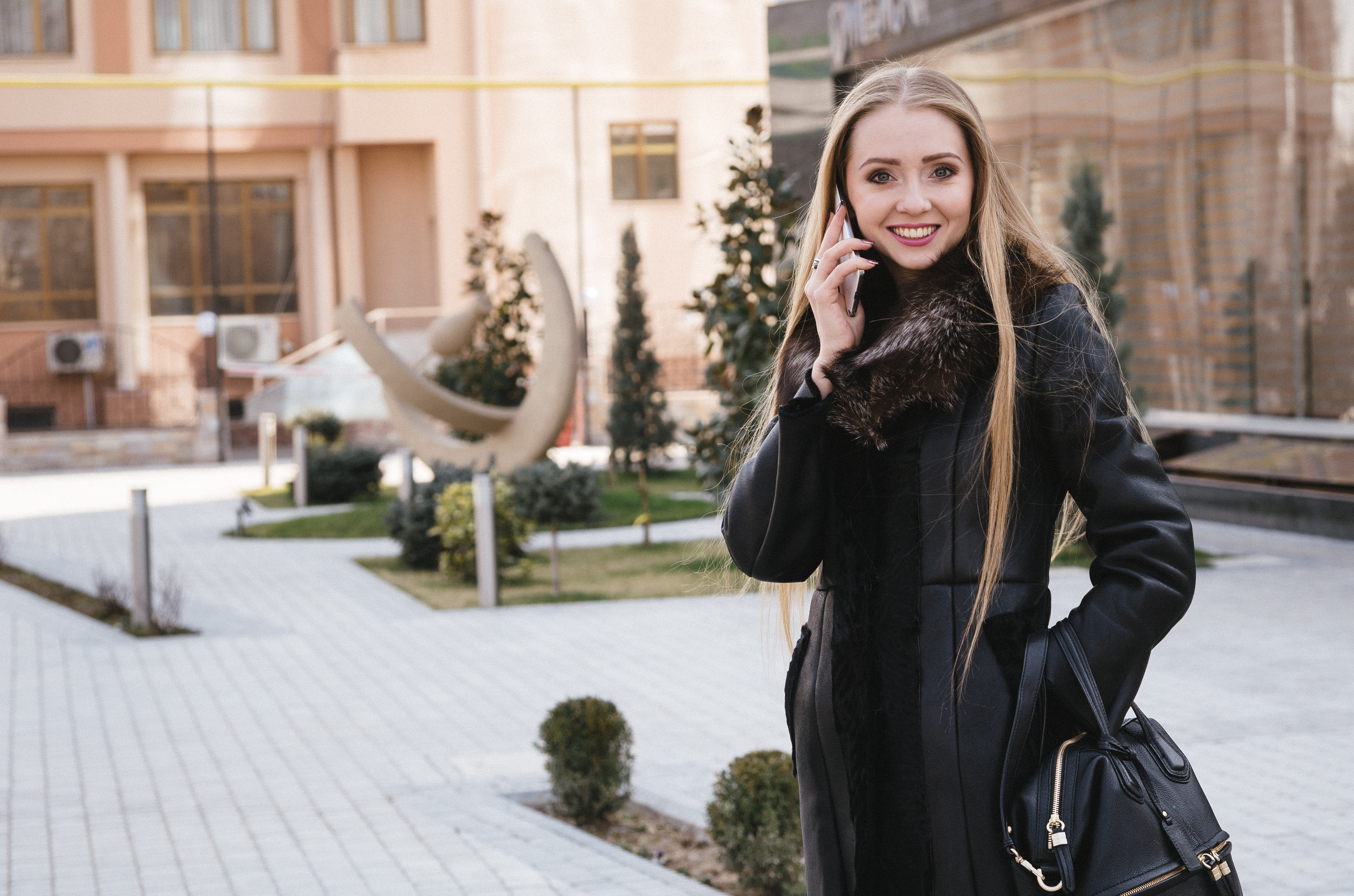 ブロンドの外国人女性と待ち合わせの写真 画像 フリー素材 ぱくたそ