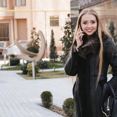 「ブロンドの外国人女性と待ち合わせ」の写真素材