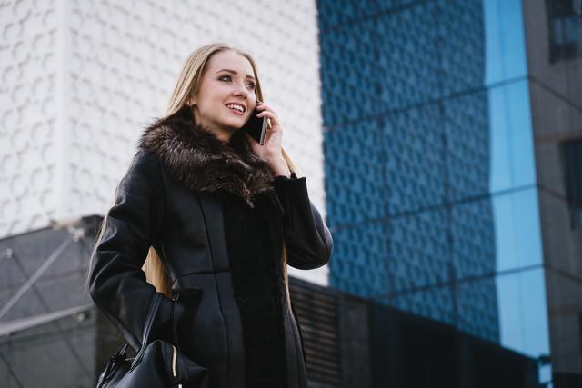 スマホで通話する外国人セレブの写真