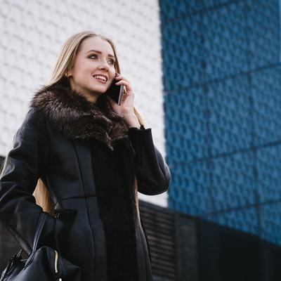 「スマホで通話する外国人セレブ」の写真素材