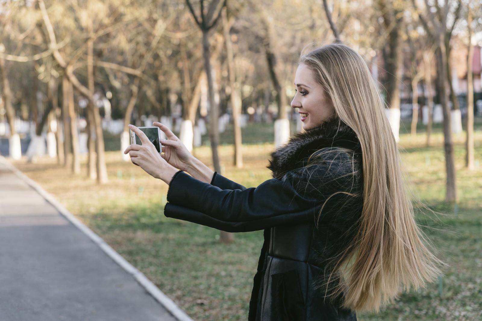 「公園をスマホで撮影するモデル公園をスマホで撮影するモデル」[モデル:モデルファクトリー]のフリー写真素材を拡大
