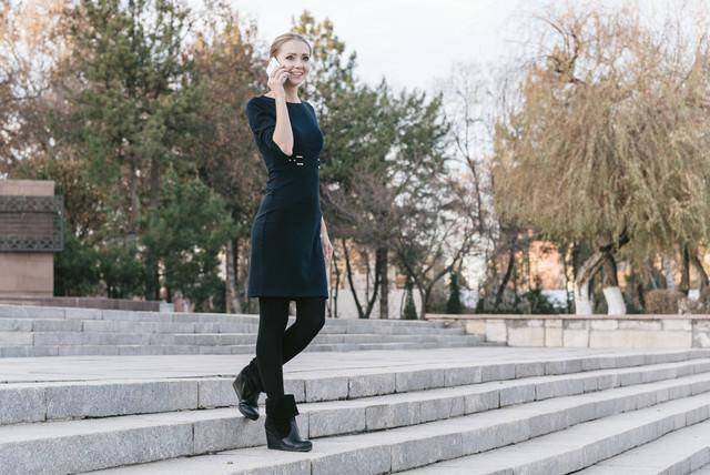 「外で電話する外国人女性モデル」のフリー写真素材