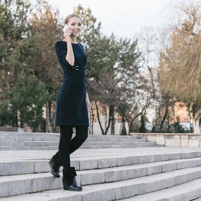 「外で電話する外国人女性モデル」の写真素材