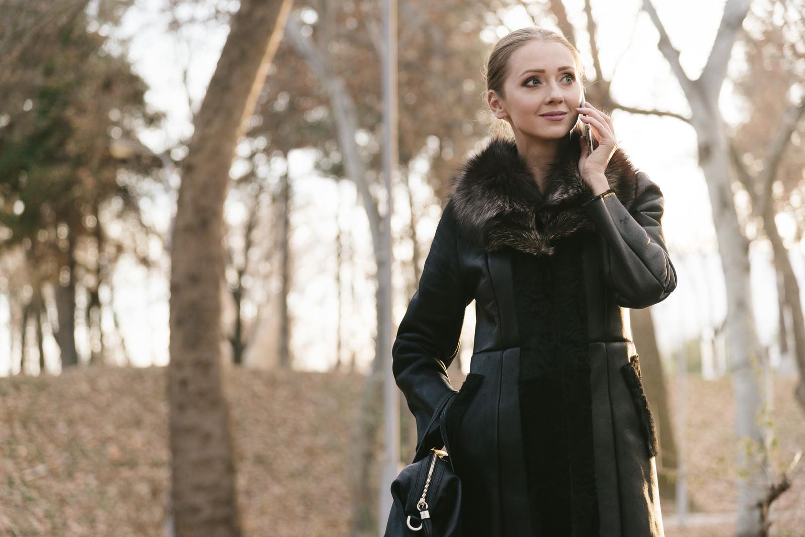 「待ち合わせ場所から電話する女性 | 写真の無料素材・フリー素材 - ぱくたそ」の写真[モデル:モデルファクトリー]