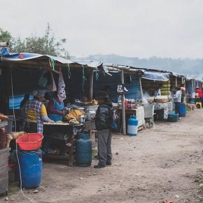 エクアドルの野外食堂の写真