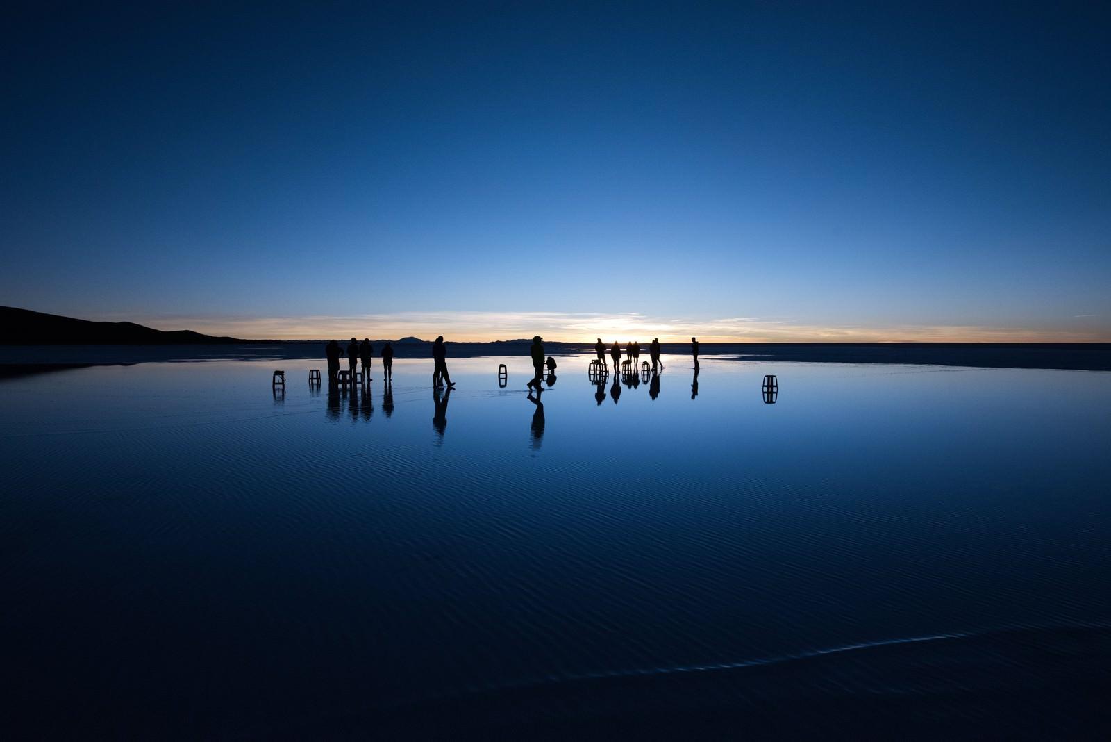「ウユニ塩湖の日の出を待つ人」の写真