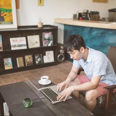 「オシャレなカフェで作業をするノマドワーカー」の写真素材