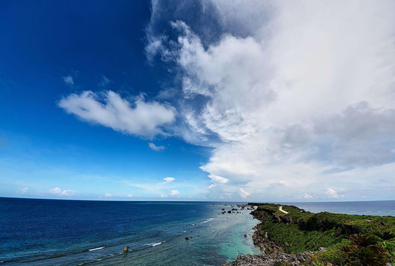 「平安名埼灯台へと続く道」の写真