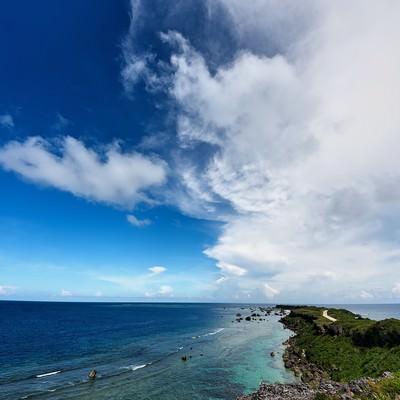 「平安名埼灯台へと続く道」の写真素材