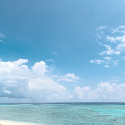池間島(沖縄)展望台からの海と砂浜の写真