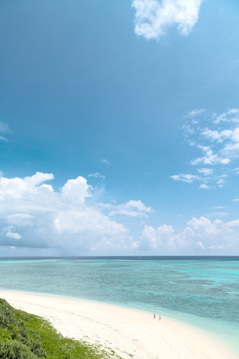 「池間島(沖縄)展望台からの海と砂浜」の写真